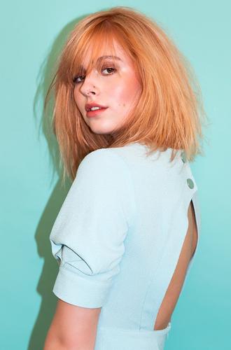 Tutorial: dit is hoe een make-over van blond naar peachy haar eruit ziet
