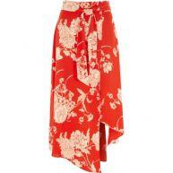 Rode rok met bloemenprint en asymmetrische split in de zoom