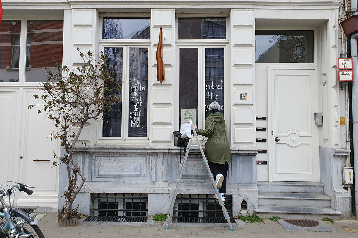 Evi maakte een 'raamverhaal' voor meer verbinding in haar straat
