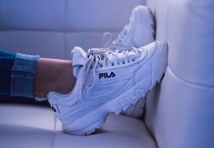 Hacks om je sneakers wit te houden