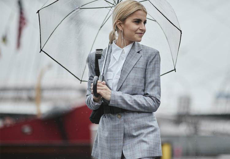 3 manieren om de geruite blazer te dragen