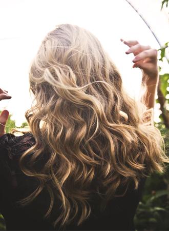 7x tips om krullen langer in steil haar te houden