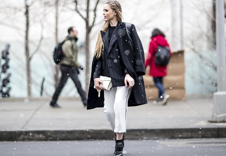 Trotseer de koude dagen in een witte broek