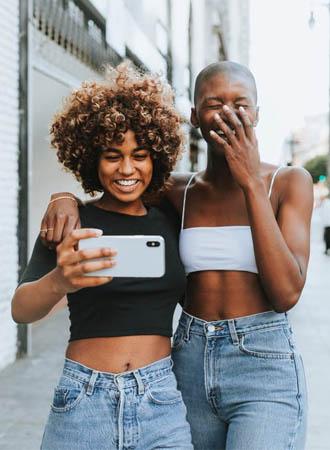 Deze nieuwe dating app laat je vrienden voor je swipen!