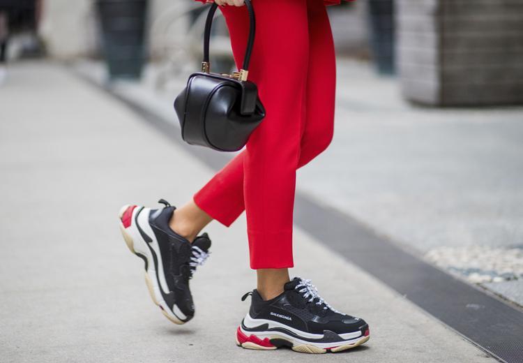 5 manieren om de dad sneaker te dragen | Fashionchick