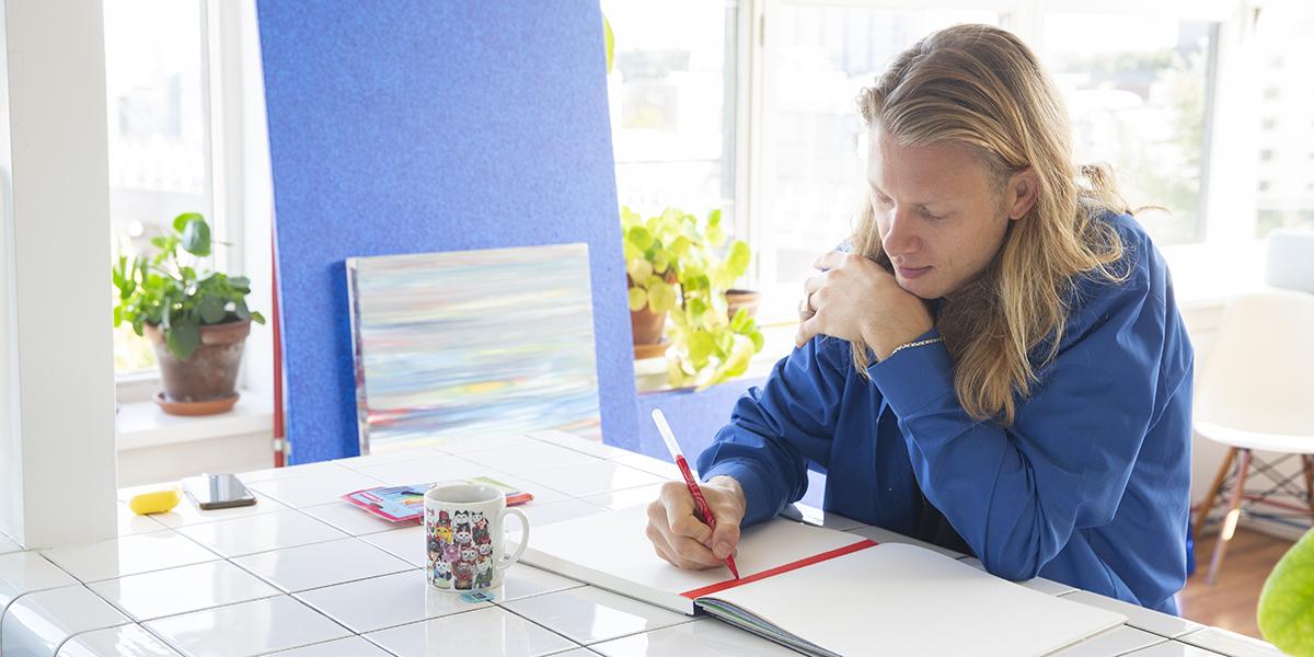 Kunstenaar en ontwerper Ruben de Haas gaat aan de slag met viltstiften