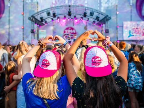 Artiesten en YouTubers vieren feest met ruim 26.000 bezoekers op Tina Festival