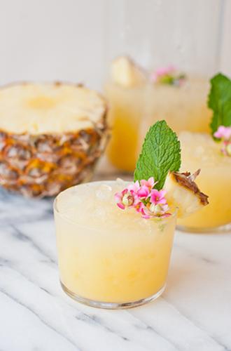 Hallo weekend! Deze pineapple rum punch wil je vanavond drinken