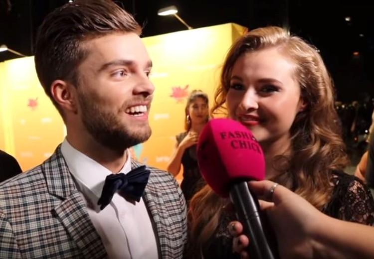 Video: lastige vragen tijdens première van First Kiss
