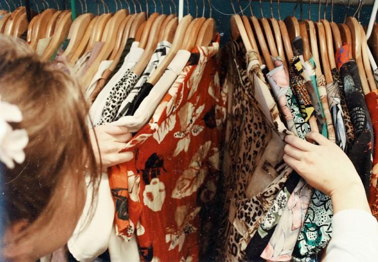 Deze 7 struggles heb je als je je outfit in je eentje moet kiezen