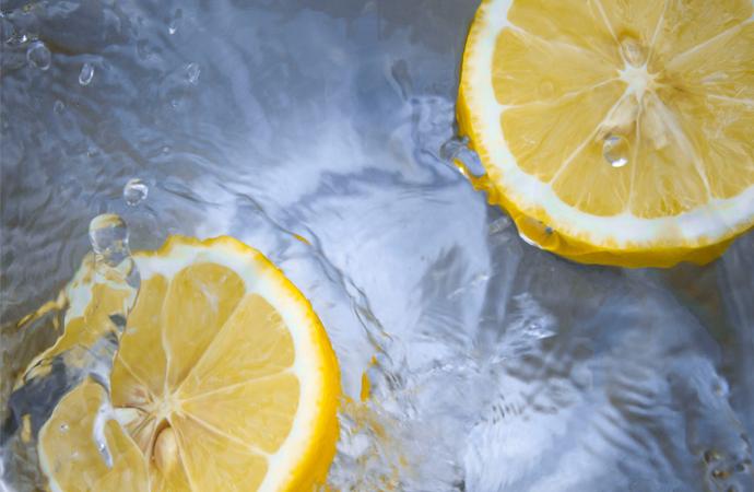Waarom citroenwater in de ochtend zo gezond is