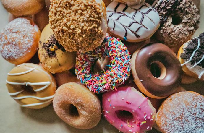 Vieruurtje: donuts met suikerglazuur