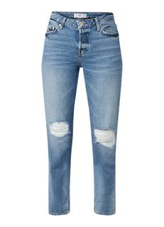 Relax mid-rise jeans met destroyed details