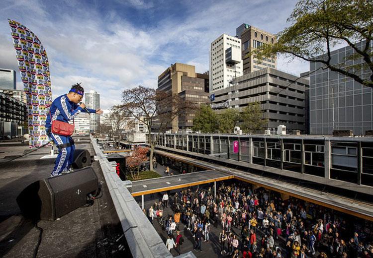 Zien: Ronnie Flex lanceert kledinglijn op dak van CoolCat