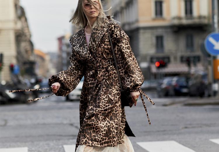 Trek alle aandacht in een panterprint jas