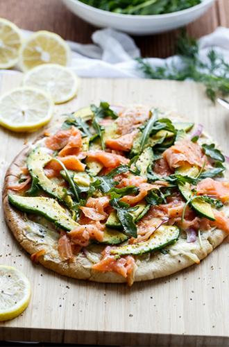 Easy like Sunday brunch recept: gezonde pizza met gerookte zalm en avocado