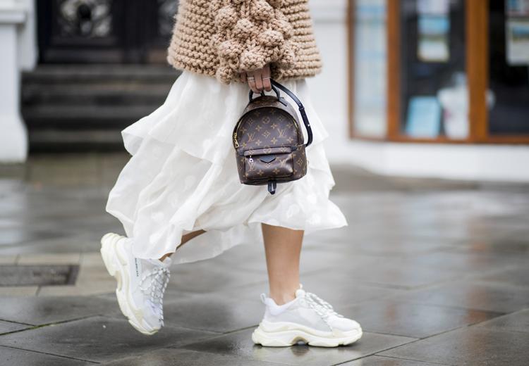5 manieren om witte sneakers te dragen